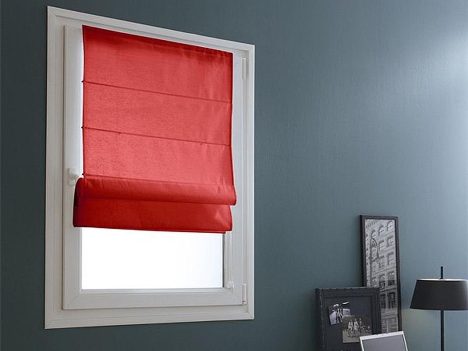 Roleta rzymska w kolorze czerwonym w ciemnym pomieszczeniu